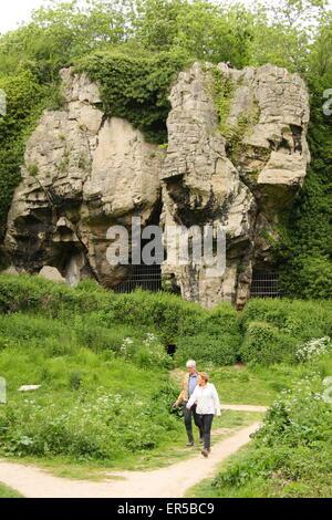Besucher gehen durch Höhlen am Creswell Crags, eine Kalkstein-Schlucht an der Grenze von Derbyshire und Nottinghamshire, - Stockfoto