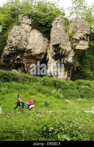 Ein Besucher geht durch Höhlen am Creswell Crags, eine Kalkstein-Schlucht an der Grenze von Derbyshire und Nottinghamshire, - Stockfoto