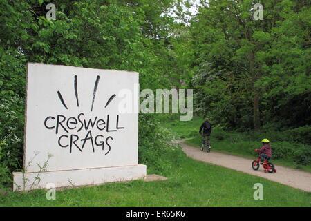 Ein Ortseingangsschild, Creswell Crags an der Grenze von Derbyshire und Nottinghamshire, England UK - Stockfoto