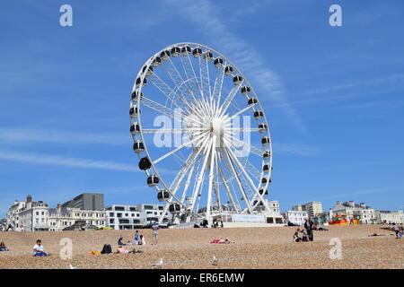Riesenrad an einem schönen sonnigen Tag in Brighton - Stockfoto