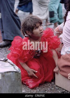 23. März 1991 irakische Mädchen in einem roten Partykleid ist eines mehrere hundert Vertriebene Schiiten, direkt - Stockfoto