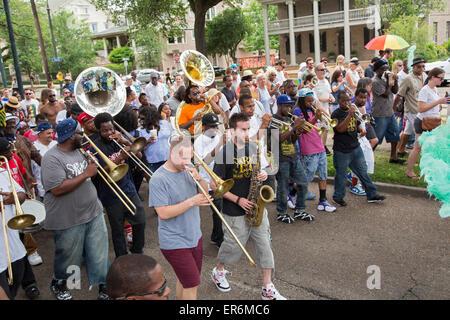 New Orleans, Louisiana - ein Trommler-und Pfeiferkorps folgt die Tänzer in die göttlichen Ladies Sozialhilfe und - Stockfoto