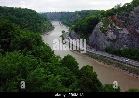Die Aussicht auf den Fluss Avon-Schlucht wie von einer Seite der Clifton Suspension Bridge in Bristol zu sehen.