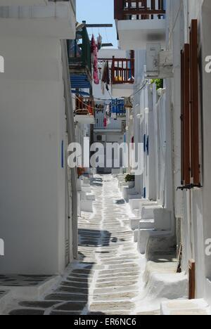 Eine typische griechische Insel-Gasse. - Stockfoto