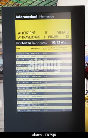 Bahnhof Santa Lucia, Venedig, Italien. Doppelstöckige ...
