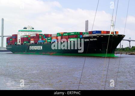 Ein riesiges Containerschiff Köpfe auf den Atlantischen Ozean von den Hafen von Savannah, der größte und geschäftigste - Stockfoto