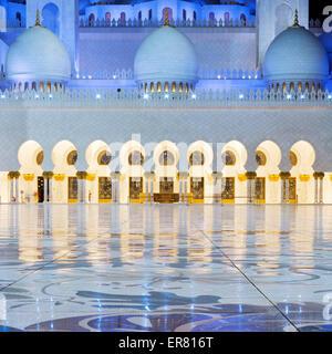 Zeigen Sie in Abu Dhabi Sheikh-Zayed-Moschee bei Nacht, Vereinigte Arabische Emirate. - Stockfoto