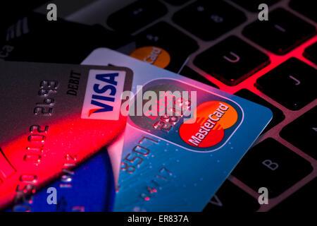 Kreditkarte auf Computer-Tastatur - USA - Stockfoto