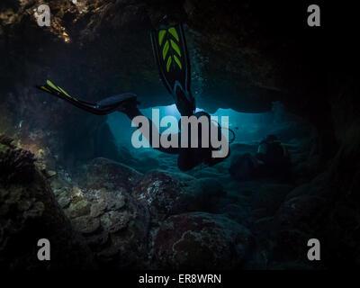 Saugen sie Tauchplatz, Big Island, Hawaii - Taucher schwimmen durch eine Lava Tube, Hawaii, USA - Stockfoto