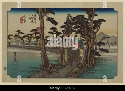 Yoshiwara. Druck zeigt Reisende von hinten auf dem Pferderücken auf einem schmalen Streifen Land, gesäumt von Pinien - Stockfoto