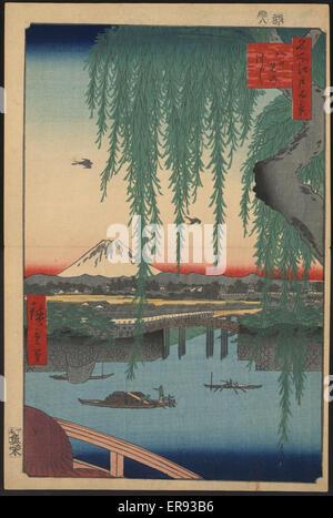Yatsumi Brücke. Druck zeigt von oben die Sonnenschirme von Fußgängern und durch Weidenruten der Yatsumi Brücke mit - Stockfoto