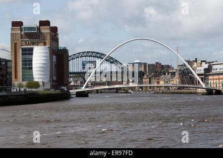Den Fluss Tyne in Newcastle mit der Millennium Bridge, die Tyne Bridge und die High Level Bridge, mit dem baltischen - Stockfoto