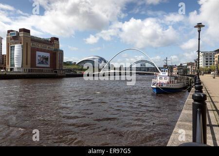 Kai in Newcastle Upon Tyne, mit der Ostsee und Salbei, Gateshead, auf der linken Seite und die Millennium Bridge - Stockfoto