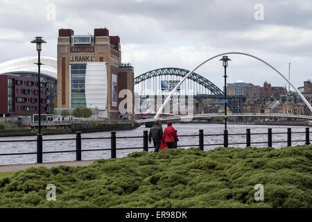 Ein paar Fuß entlang der Ufer des Tyne in Newcastle, die Ostsee und Salbei, Gateshead, auf der linken Seite - Stockfoto
