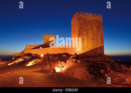 Portugal: Nächtliche Aussicht auf die mittelalterliche Burg des historischen Dorfes Linhares da Beira - Stockfoto