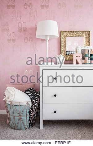 Rosa Tapete und Pastell Dekor im Schlafzimmer - Stockfoto