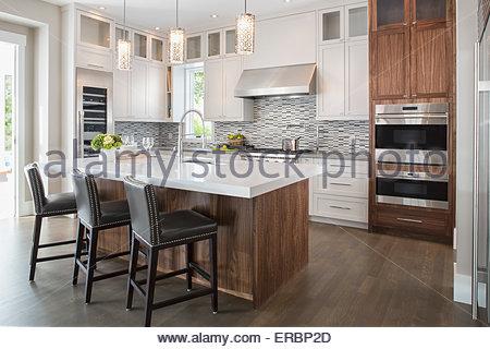 Pendelleuchten über Moderne Weiße Kücheninsel; Pendelleuchten über Moderne  Weiße Kücheninsel   Stockfoto