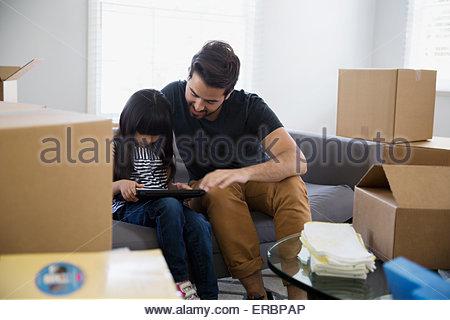 Vater und Tochter mit digital-Tablette Umzugskartons - Stockfoto