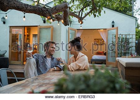 Paar sprechen und trinken Wein auf der Terrasse - Stockfoto