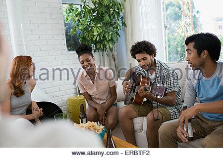 Freunde Die Gitarre Im Wohnzimmer Hngen