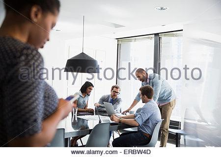 Geschäftsleute auf Laptop Konferenz Zimmer Tagung - Stockfoto