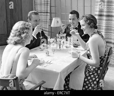 1930ER JAHREN ZWEI PAARE FÖRMLICHEN DINNER-PARTY - Stockfoto
