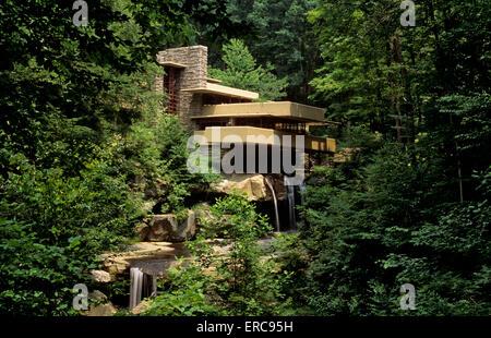 FALLINGWATER HOUSE VON FRANK LLOYD WRIGHT ENTWORFEN 1937 ERBAUTE BEAR RUN PENNSYLVANIA USA - Stockfoto