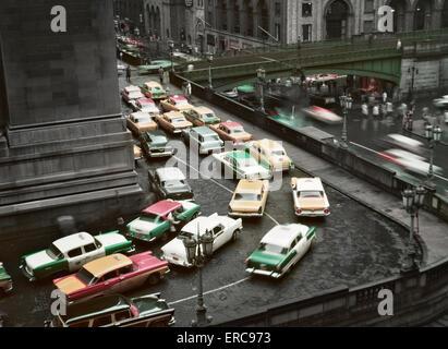 1950ER JAHRE STAU AN REGNERISCHEN TAG RUND UM GRAND CENTRAL STATION MANHATTAN NEW YORK USA - Stockfoto