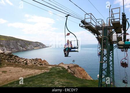 Sessellift mit Blick auf Alum Bay Beach und die Nadeln auf der Isle Of Wight-UK - Stockfoto