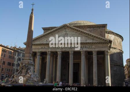 Blick auf das Pantheon mit der Fontana del Pantheon. - Stockfoto