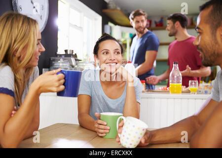 Gruppe von Freunden zusammen gefrühstückt In Küche - Stockfoto
