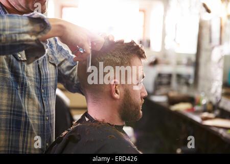 Männliche Barber geben Client Haarschnitt im Shop - Stockfoto