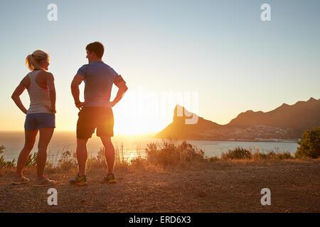 Mann und Frau im Gespräch nach dem Joggen - Stockfoto