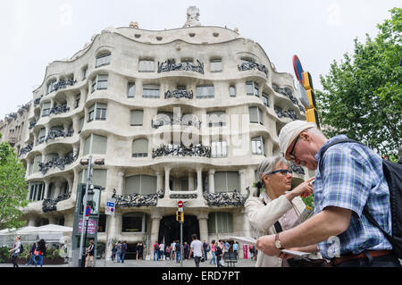 Paar ältere Touristen überprüfen eine Map gegenüber Casa Milà (La Pedrera genannt) von Antoni Gaudí, 92, Passeig - Stockfoto