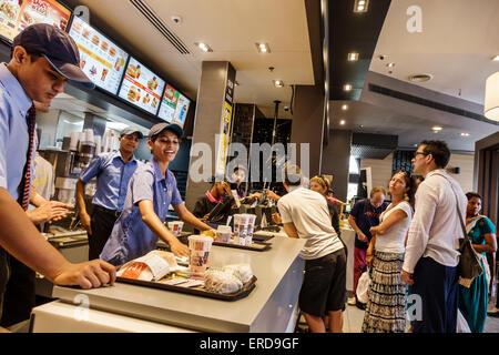 Mumbai Indien asiatische niedriger Parel High Street Phoenix mall innen Restaurant Burger King Fastfood Theke Frau - Stockfoto