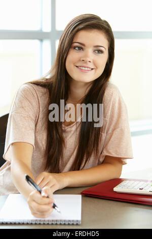 Teenager-Mädchen in der Klasse - Stockfoto