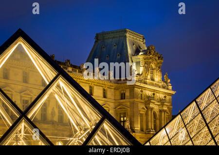 Abend im Innenhof des Musée du Louvre, Paris, Frankreich - Stockfoto