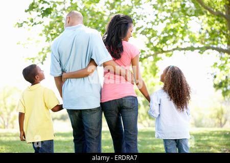 Junge afrikanische amerikanische Familie Spaziergang im Park - Stockfoto