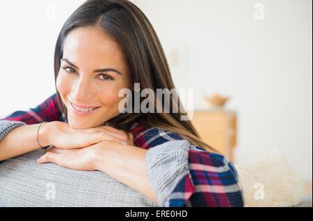 Kaukasische Frau lächelnd auf sofa - Stockfoto