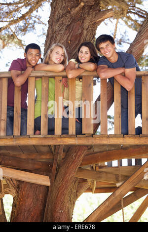 Gruppe von Jugendlichen Freunden im Baumhaus - Stockfoto