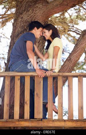 Teenager-Paar im Baumhaus - Stockfoto