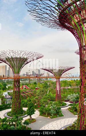Menschen zu Fuß auf einer Brücke in Gärten durch die Bucht in Singapur. Gärten an der Bucht wurde gekrönt von Welt - Stockfoto