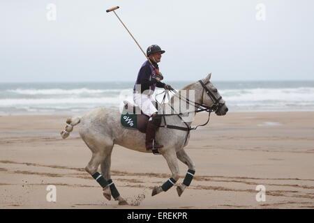 Watergate Bay, Newquay, Cornwall, UK. 2. Juni 2015. Professionelle Polospieler Andy Burgess Tonka Praktiken am Strand - Stockfoto