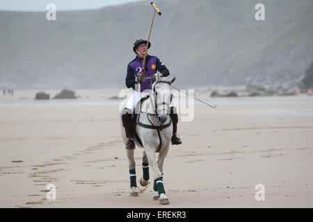 Watergate Bay, Newquay, Cornwall, UK. 2. Juni 2015. Professionelle Polospieler Andy Burgess Tonka Praktiken am Strand - Stockfoto