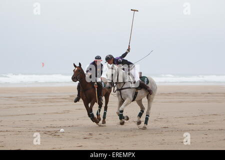 Watergate Bay, Newquay, Cornwall, UK. 2. Juni 2015. Professionelle Polospieler Andy Burgess Reiten Tonka und Daniel - Stockfoto