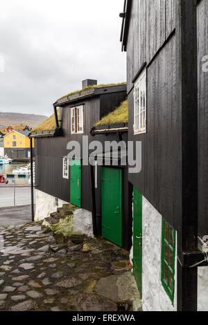 Traditionellen schwarzen Holz- und Steinhäuser neben dem Hafen in Tórshavn, Färöer Inseln - Stockfoto