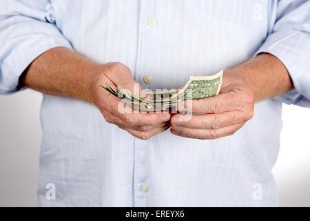Reifer Mann zählt sein Geld die US-Dollarnoten sind. - Stockfoto