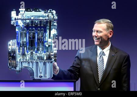 Ford CEO Alan R. Mulally Iouches 1,0-Liter-EcoBoost-Motor bei den aufschlussreichen Zeremonie im Ford Köln Werk, - Stockfoto