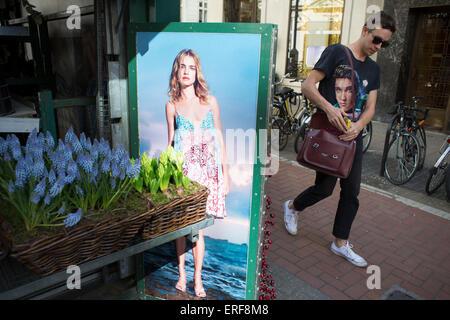 Foto eines Modells in einem Sommerkleid Interaktion mit Passanten durch das Tragen eines Elvis Presley T-shirt am - Stockfoto