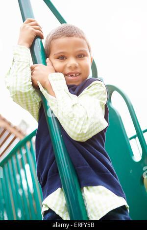 Kleiner Junge am Klettergerüst auf Spielplatz - Stockfoto